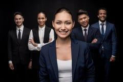 Groupe de l'équipe professionnelle d'affaires se tenant avec des bras croisés Photographie stock