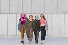 Groupe de l'adolescence de femmes étreignant et marchant sur la rue Photographie stock