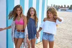 Groupe de l'adolescence de filles de meilleurs amis heureux en été Images stock