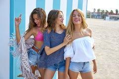 Groupe de l'adolescence de filles de meilleurs amis heureux en été Photos libres de droits