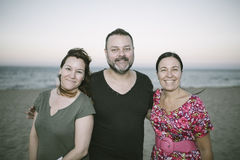 Groupe de l'ami trois sur la plage Images stock