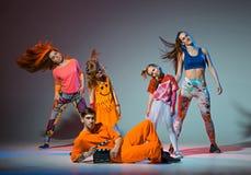 Groupe de l'homme, de femme et d'ados dansant la chorégraphie d'houblon de hanche Photos libres de droits