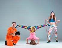 Groupe de l'homme, de femme et d'ados dansant la chorégraphie d'houblon de hanche Image stock