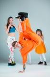 Groupe de l'homme, de femme et d'ados dansant la chorégraphie d'houblon de hanche Images libres de droits