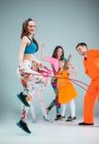 Groupe de l'homme, de femme et d'ados dansant la chorégraphie d'houblon de hanche Photo libre de droits