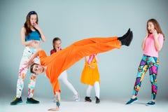 Groupe de l'homme, de femme et d'ados dansant la chorégraphie d'houblon de hanche Image libre de droits