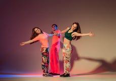Groupe de l'homme, de femme et d'ados dansant la chorégraphie d'houblon de hanche Photographie stock libre de droits