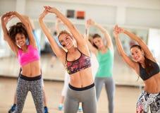 Groupe de la fille ayant la séance d'entraînement de forme physique Photos libres de droits