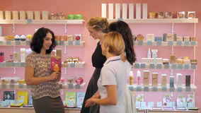 Groupe de la formation de la femme de personnes d'achats dans la boutique de beauté Photo libre de droits