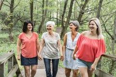 Groupe de la hermana de las mujeres así como su madre mayor foto de archivo