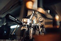 Groupe de la machine E61 de fabricant de café de vue d'angle faible dans la cuisine photo libre de droits
