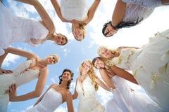 Groupe de la mariée huit heureuse ensemble à l'extérieur Images stock