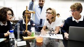 Groupe de laboratoire de laboratoire d'étudiants dans la salle de classe de la science Photo stock