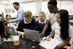 Groupe de laboratoire de laboratoire d'étudiants dans la salle de classe de la science Image libre de droits