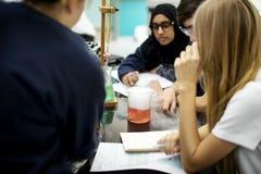Groupe de laboratoire de laboratoire d'étudiants dans la salle de classe de la science Photo libre de droits