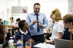Groupe de laboratoire de laboratoire d'étudiants dans la salle de classe de la science Photographie stock libre de droits