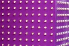 Groupe de lampes violettes avec directement dans les lignes fond de forme images stock