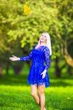 Groupe de lancement de sourire de fille blonde caucasienne positive de jonquilles Images stock