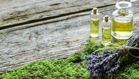 Groupe de lavande et de bouteille sèches avec de l'huile aromatique Images stock