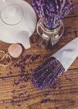 Groupe de lavande et de théière sèches de coupe sur la table en bois Vue supérieure Photo stock