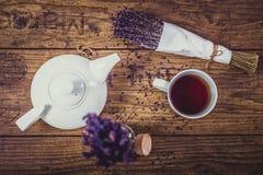 Groupe de lavande sèche de coupe, de tasse de thé et de théière sur la table en bois Vue supérieure Photo stock