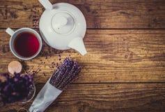 Groupe de lavande sèche de coupe, de tasse de thé et de théière sur la table en bois Vue supérieure Avec le spase pour le texte d Photographie stock libre de droits