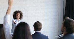 Groupe de Leading Presentation Explain de femme d'affaires d'afro-américain de gens d'affaires de nouvelle stratégie pendant la c banque de vidéos