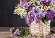 Groupe de lilas sur de vieux conseils photographie stock libre de droits