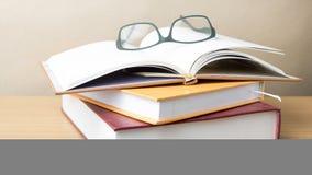 Groupe de livre et de lunettes image stock