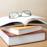 Groupe de livre et de lunettes images libres de droits