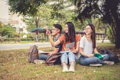 Groupe de livres de lecture d'étudiant universitaire et de specia asiatiques de soutien scolaire images libres de droits
