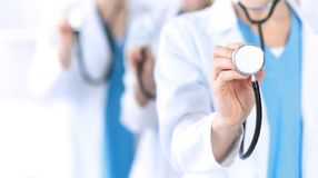 Groupe de médecine soigne tenir le plan rapproché principal de stéthoscope Médecins prêts à examiner et aider le patient Aide méd photographie stock libre de droits