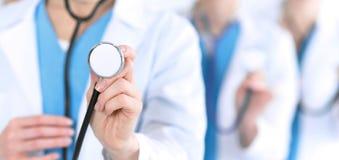 Groupe de médecine soigne tenir le plan rapproché principal de stéthoscope Médecins prêts à examiner et aider le patient Aide méd photos libres de droits