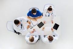 Groupe de médecins avec des cardiogrammes à l'hôpital Image libre de droits