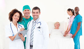 Groupe de médecins avec un patient Image stock