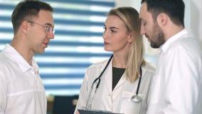 Groupe de médecins ayant la discussion médicale Image libre de droits