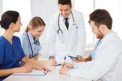 Groupe de médecins heureux se réunissant au bureau d'hôpital Images stock