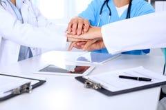 Groupe de médecins joignant des mains après s'être réuni L'équipe médicale réussie est prête pour l'aide Photo libre de droits