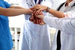 Groupe de médecins joignant des mains avec la vue d'angle faible Images stock