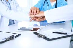 Groupe de médecins joignant des mains lors de la réunion Travail d'équipe et succès dans la médecine Image libre de droits