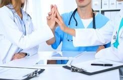 Groupe de médecins joignant des mains lors de la réunion Travail d'équipe et succès dans la médecine Photos libres de droits