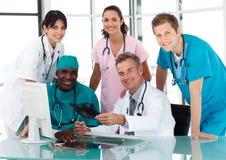 Groupe de médecins lors d'un contact photos stock