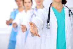 Groupe de médecins offrant le coup de main en plan rapproché d'hôpital Geste amical et gai Traitement et examens médicaux Images stock