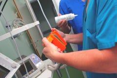Groupe de médecins prêts au countershock images stock