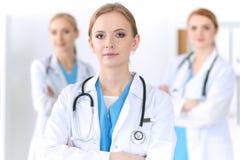 Groupe de médecins se tenant à l'hôpital Équipe de médecins prêts à aider des patients Médecine et soins de santé image stock