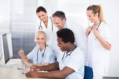 Groupe de médecins travaillant ensemble Image libre de droits