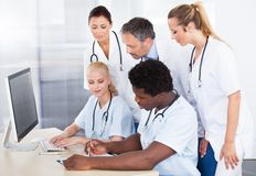 Groupe de médecins Working Together Images stock