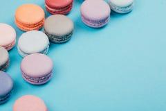 Groupe de macarons colorés en pastel sur le fond à la mode Photographie stock libre de droits