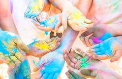Groupe de mains colorées du groupe d'amis ayant l'amusement à la partie de plage Photo stock