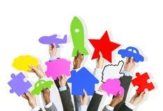 Groupe de mains d'affaires tenant le symbole Photo stock